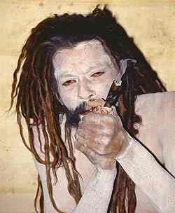 یوگی مقدس هندو در حال مصرف حشیش