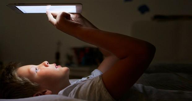 مطالعه به وسیله تبلتها در آخر شب بر روی کیفیت خواب شما تأثیر میگذارد