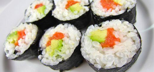 سوشی سالمون و آواکادو