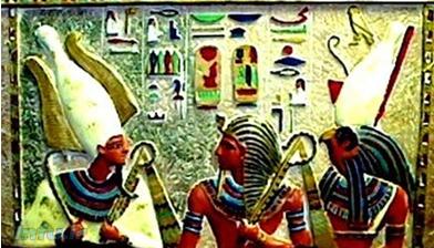 هوروس و اوزیریس همراه با فرعون.