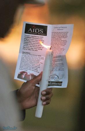 وتسوانا با وجود میزبانی از آمار بالای مبتلایان به ایدز، از پیشگامان مبارزه با این بیماری مهلک هم به شمار میرود؛ بهطوریکه ۸۵ درصد از شهروندان مبتلا را تحت پوشش تمهیدات مراقبتی و پیشگیرانه قرار داده است (آنهم در قارهای که از هر شش نفر، تنها یک نفر به چنین تسهیلاتی دسترسی دارد). در این عکس، شهروندی از اهالی گابورون، پایتخت بوتسوانا، شمعی را به یادبود قربانیان ایدز، و همچنین بروشوری را در اینباره، به دست دارد / رویترز.