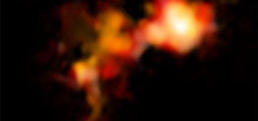 تصویر ALMA از دو هسته گازی، که در طول موج یون مولکولی N2D+ (متشکل از دو اتم نیتروژن و یک اتم دوتریوم) به تصویر کشیده شدهاند. هسته سمت راست، درخشانتر و کرویتر است و این نشان میدهد که در شرف تشکیل یک ستاره سنگینوزن است – که اتفاقی نادر محسوب میشود. هسته دیگر، نامنظمتر و پراکندهتر است و احتمالاً از آن، چندین ستاره کموزنتر حاصل شوند. این پراکندگی، در سیر تحولی ابرهای ستارهساز، امری متداول است.