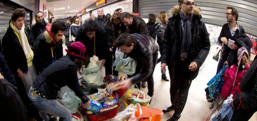 آرش درمبخش (راست ـ با شالگردن) در حال توزیع مواد غذایی باقیمانده از فروشگاههای بزرگ در بین مردم.