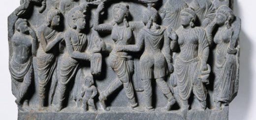 سنگنگارهای که نشان از لحظه تولد بودا میدهد. در این سنگنگاره، مادر بودا را در مرکز طرح میبینیم که به شاخه درختی آویخته؛ درختی که تیم باستانشناسان انگلیسی احتمال میدهند آن را شهر لومبینی نپال یافتهاند / Victoria and Albert Museum