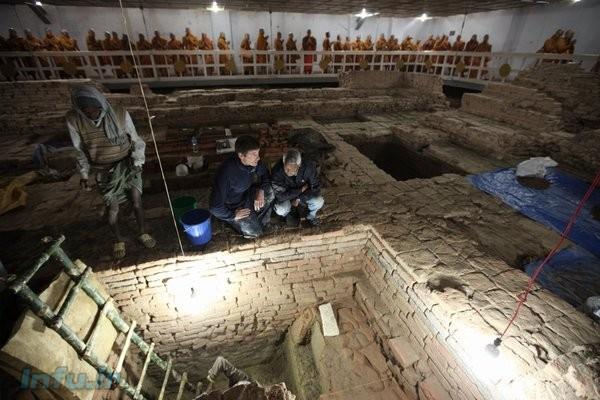 راهبان بودایی (ردیف انتهای عکس) در حال بازدید از عملیات اکتشاف تیم انگلیسی / عکس از ایرا بلاک
