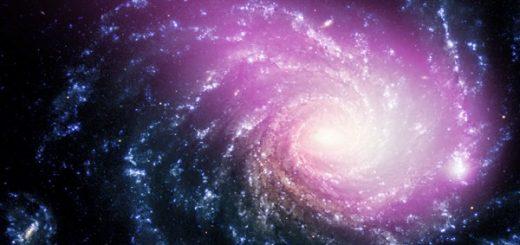 تصاویر تلسکوپهای پرتو ایکس چاندرا (به رنگ صورتی) و VLT (به رنگ آبی) از کهکشانی NGC ۱۲۳۲ در فاصله ۶۰ میلیون سال نوری از ما. گاز داغی که در تصاویر چاندار متمایز شده، احتمالاً حاصل یک تصادف کیهانیست / NASA/CXC/Huntingdon Inst. for X-ray Astronomy/G. Garmire، Optical: ESO/VLT