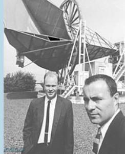 آرنو پنزیاس (چپ) و رابرت ویلسون، کاشفان تابش میکروموجی پسزمینه کیهان در برابر آنتن کراوفورد