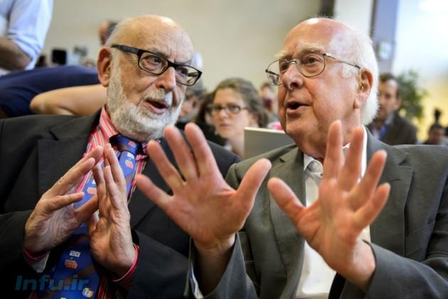 پیتر هیگز (راست) و فرانسیس انگلرت، طی نخستین ملاقاتشان در نشست چهارم ژولای ۲۰۱۲ در مقر مرکز تحقیقات هستهای اروپا (CERN)