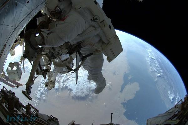 ران گاران حین راهپیمای فضایی بر فراز بخشی از آبهای خلیج فارس. عکس از مایکل فوسام.