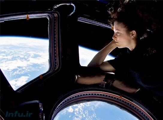 تریسی کالدْول، فضانورد مأموریت اکسپدیشن-۲۴، از پشت پنجره اتاقک کاپولا به زمین مینگرد .