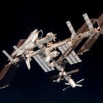 نمایی از ایستگاه فضایی بینالمللی، متّصل به شاتل فضایی ایندیور که توسط پائولو نسپولی، فضانورد مأموریت اکسپدیشن-۲۷ از درون کپسول سایوز TMA-20، پس از ترک ایستگاه، در تاریخ ۲۳ می ۲۰۱۱ گرفته شده است. با بازنشسته شدن شاتلها در اواسط همان سال، کپسول روسی پروگرس، کپسولهای HTV و ATV، به ترتیب متعلق به ژاپن و اتحادیه اروپا، و همچنین کپسولهای ترابری بخش خصوصی ایالات متحده (همچون «دراگون» و «سیگنوس»)، کار حمل بار و آذوقه به ایستگاه را به عهده گرفتند. کپسول روسی سایوز نیز همچنان بهعنوان تنها راه ارتباطی فضانوردان و ایستگاه استفاده میشود.