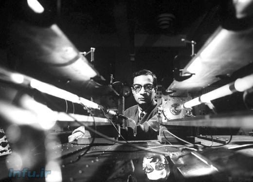 علی جوان، در کنار دستگاه تولید نخستین لیزر گازی در آزمایشگاه بل / عکس از ییل جوئل (آرشیو لایف)