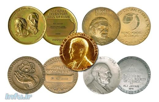 گنجینه افتخارات علمی دکتر علی جوان، شامل مدال عضویت در تالار افتخار مخترعین آمریکا (بالا-چپ)، مدال جهانی آلبرت اینشتین (بالا-راست)، مدال استوارت بالانتین (وسط)، مدال بنیاد جانی و هرتس (پایین-چپ)، و مدال فردریک ایوز از طرف انجمن اپتیک آمریکا.
