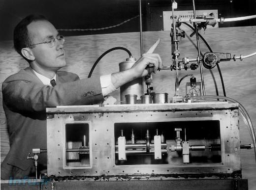چارلز تاونز در کنار نخستین دستگاه تولید پرتو میزر / عکس از ادی هاسنر (۱۹۵۵، نیویورکتایمز)