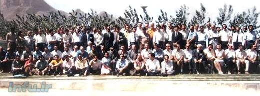 عکس دستهجمعی مدعوین نخستین سمپوزیوم بینالمللی فیزیک لیزر در جهان، در دانشگاه اصفهان (علی جوان، نفر چهارم از سمت راست، از ردیف افراد نشسته بر زمین است).
