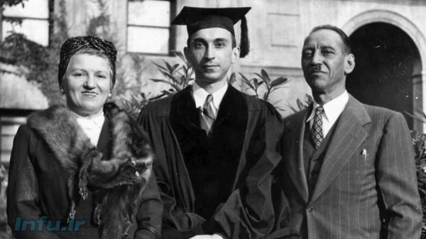 لطفی زاده در کنار والدین خود، به هنگام جشن فارغالتحصیلی در مقطع دکترا از دانشگاه کلمبیا. مربوط به سال ۱۹۴۹.