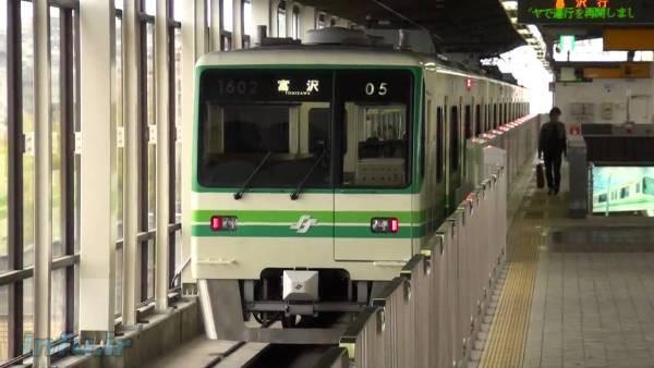 سری قطارهای سریعالسیر Sendai Subway 1000، ساخت شرکت هیتاچی ژاپن، نخستین ماشینهایی بودند که در سال ۱۹۸۷، از منطق فازی جهت کنترل سرعت خود در نسبت با سایر قطارهای شبکه مترو در این کشور استفاده کرده، و کماکان میکنند.