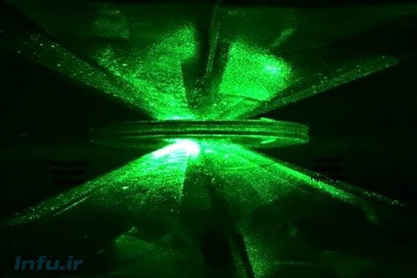 دو فک بلورین الماس مصنوعی و واشر فلزی مابینشان، در چارچوب آزمایش سیلورا و دایاس.
