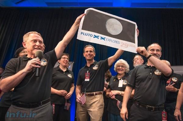 آلن استرن (اولین نفر از سمت چپ)، پژوهشگر ارشد مأموریت افقهای نو، و جمع دیگری از دانشمندان این مأموریت؛ لحظاتی پس از گذر موفق کاوشگر از کنار پلوتو، پلاکاردی را به این مضمون به دست دارند که: پلوتو دیگر جای بکری «نیست».