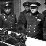 بقایای جسد ولادیمر کمارف، نخستین قربانی فضا، در برابر افسران علیرتبه شوروی سابق