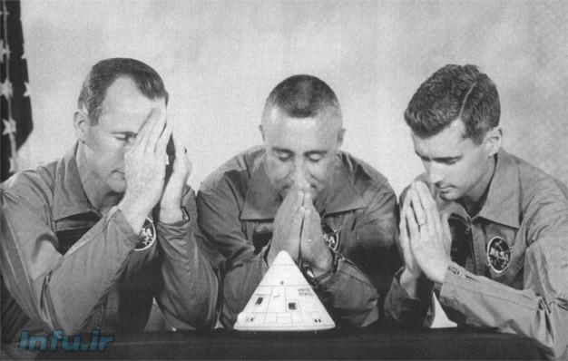 فضانوردان مأموریت آپولو-۱ در برابر مدلی از همان کپسولی که در آنجان باختند