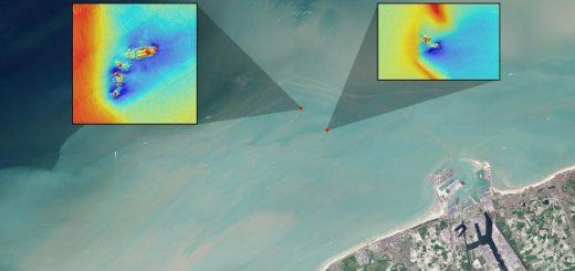 تصویر بزرگتر: عکس ماهوارهای نور مرئی «لندست 8» از آبهای ساحلی بندر زیبروگ در بلژیک، به تاریخ ۱۱ سپتامبر ۲۰۱۵. خطوط کمرنگ منتهی به نقاط قرمزرنگ مشخصشده در عکس، جریانات گلآلود حاصل از عبور آب از کنار بقایای دو کشتی بهگلنشسته به نامهای SS Sansip (چپ)، و SS Samvurn است. تصاویر کوچکتر: مدلهای توپوگرافیک مبتنی بر نقشهبرداری سوناری از بقایای همین دو کشتی.