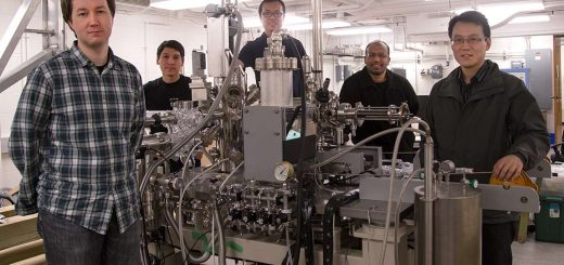 گروهی از محققین بینالمللی دانشگاه پرینستون، که به موفق به کشف فرمیونهای وایل از طریق تأسیسات فوق، در بلورهای آرسنید تانتال شدهاند / عکس از دنیل آلیو