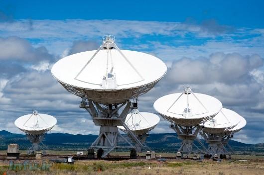 بخشی از رادیوتلسکوپهای آرایه VLA، واقع در صحرای نیومکزیکو / دایرهالمعارف ویکی