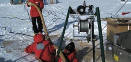 پژوهشگران، در حال نمونهگیری از یخهای جنوبگان/ منبع: بنیاد ملی علوم ایالات متحده (NSF)