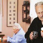 مدیر برنامه داروشناسی برای سالمندان در دانشگاه داروسازی واشنگتن، به درمانگران توصیه میکند به طور منظم بیمارانی را که داروهای آنتیکولینرژیک مصرف میکنند برای نشانههای فراموشی ارزیابی کنند.