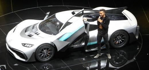 لوئیس همیلتون راننده فرمول یک، در کنار مرسدس ایامجی پروژه یک، در نمایشگاه فرانکفورت