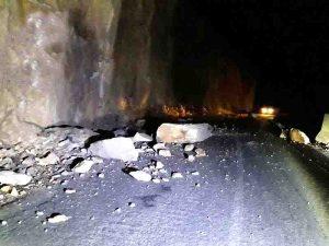 ریزش کوه بر اثر زلزله جاده دالانی