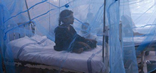 دختری مبتلا به تب دنگی در لاهور