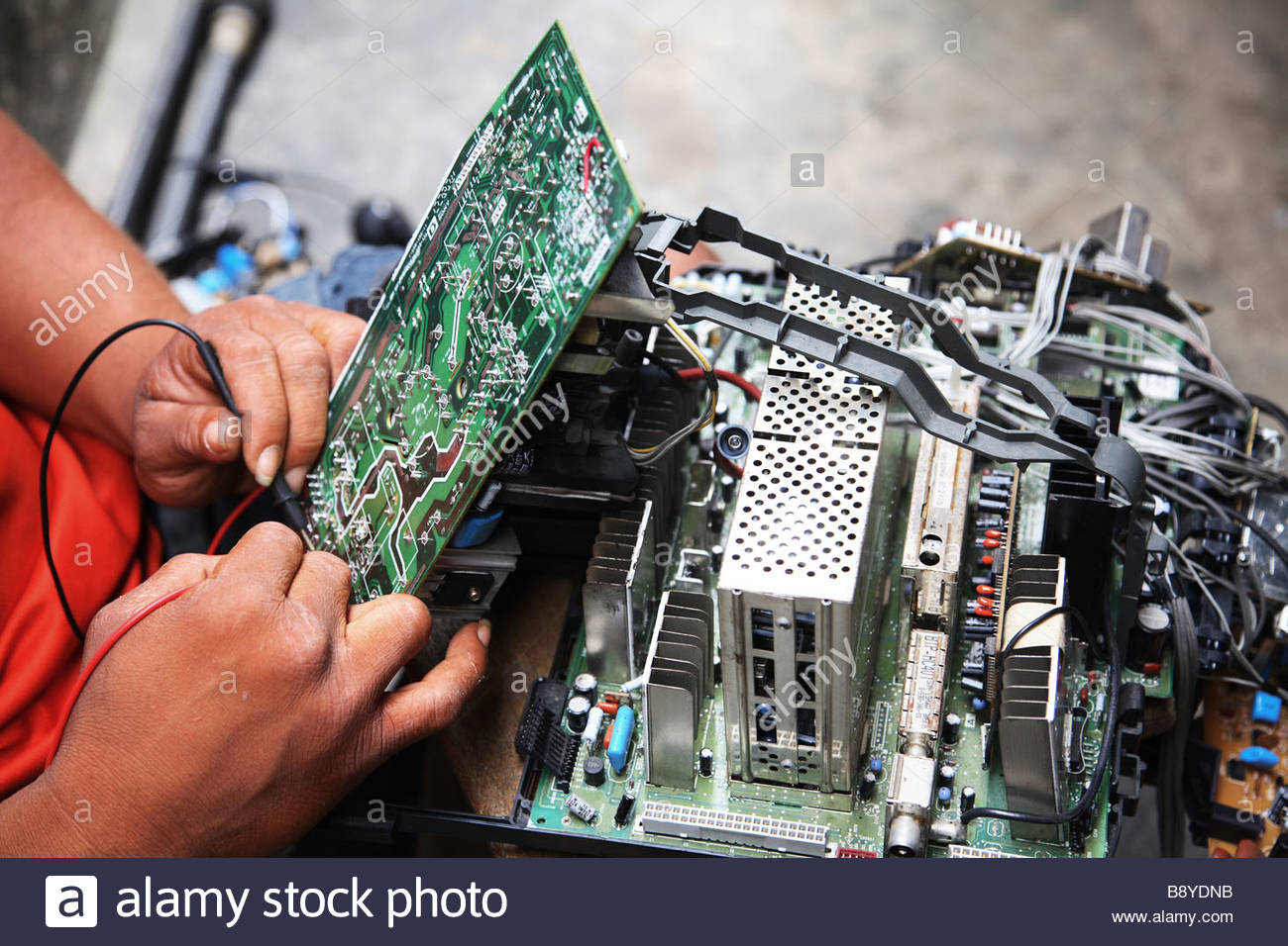 electronic-waste-in-nigeria-tons-of-e-waste-from-western-countries-B8YDNB