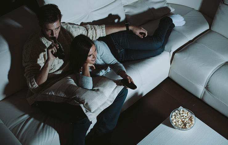 shutterstock_165092636-nighttime-snack-peter-bernik_عادات خواب و افزایش وزن