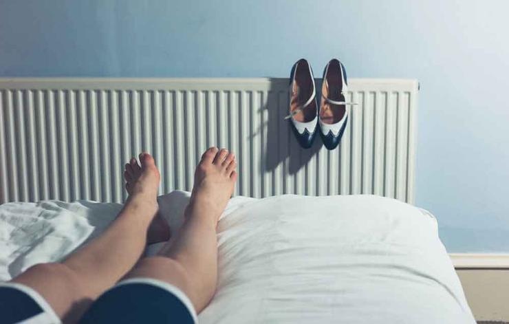 دلیل ورم پاها چیست,shutterstock_277148273-shoestoosmall-lolostock