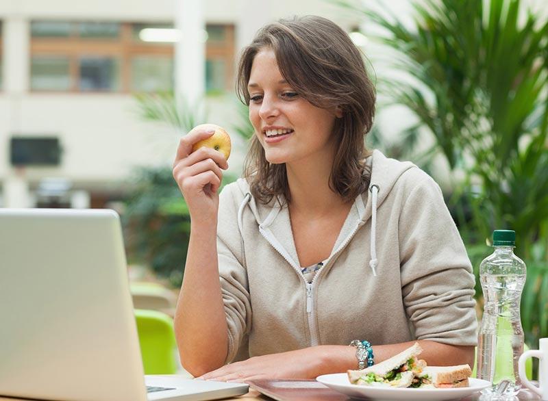 از بین بردن سریع نفخ شکم,woman-eating-apple