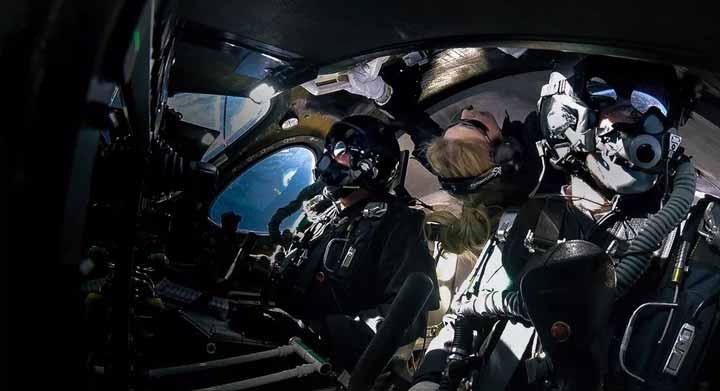 بت موزس در طول پرواز اسفند ماه بههمراه خلبانان پرواز دیو مکای و مایک ماسوچی